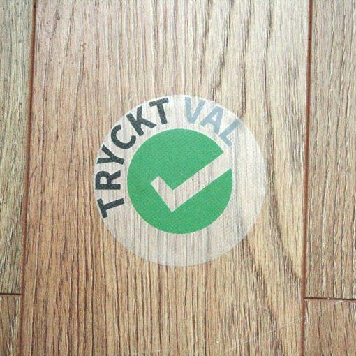 TRUCKT VAL_klistremerkerpå gulvet_2